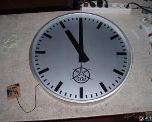 一种用PIC单片机主时钟驱动的老式挂钟